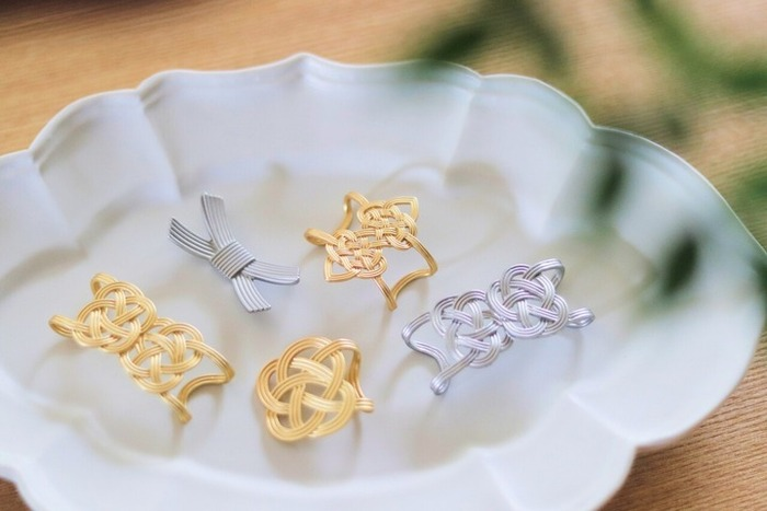ゴールドとシルバーの水引きデザインが美しいセリアの箸置き。100均とは思えない繊細でエレガントなデザインですね。おもてなしの食卓がぐんと華やかになりますよ。