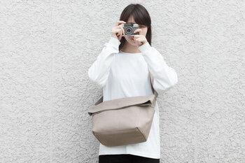 郵便配達員が使っているバッグのような見た目から、POSTMANというネーミングとなったカメラバッグです。帆布素材の丈夫な使用感で、使い込むほどに味がでるのも魅力のひとつ。