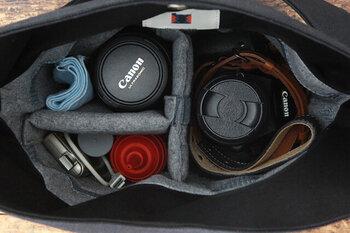 カメラをさっと取り出せるよう、上部はスナップボタンひとつのみ。フェルトの間仕切りが2つ付属しているので、収納したいカメラのサイズに合わせて自由に仕切りを調整できます。