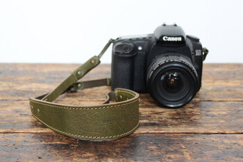 重量のかあるカメラもしっかりと持ち歩ける、革製のカメラストラップです。両サイドにバックルがついているので、サイズ調整も簡単。カメラを繋げる部分に金属を使用していないため、傷などがつきにくいのも特徴です。
