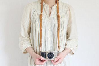 上質で厚口の牛ヌメ革を使用した、オールレザーのカメラストラップです。使い込むほどに独特な風合いが出るのが特徴。一眼レフもデジカメも、どんなカメラにも使用できます。