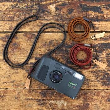 コンパクトカメラやスマホなどを、首からサッと掛けることができるひもタイプのネックストラップです。ブラウン・レッド・ネイビーの3色展開。