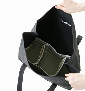 クッション付きのインナーケースが付属しているので、大きめのカメラの持ち歩きにも活用できます。もちろんインナーケースを取り出せば、通常のバッグとしても使用可能。A3がぴったり収まるサイズ感は、ちょっとした旅行にも最適な大きさです。
