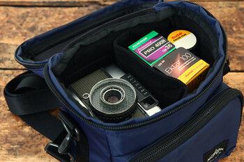 ジッパーを開ければ、上部がすべて解放され、サッとカメラを取り出せます。高性能の撥水加工や衝撃を軽減するウレタン板とクッションで、大切なカメラをしっかりガード。バッグインバッグとして使うのもおすすめです。