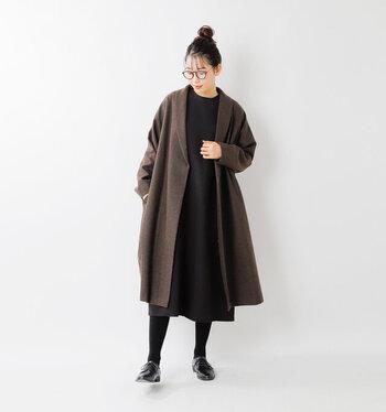 黒のワンピースに、ブラウンのロングコートを合わせたスタイリング。コート以外を黒で揃えて、落ち着きのあるコーディネートに仕上げています。ヘアアレンジやバッグひとつで、さまざまな印象で着こなせる組み合わせですね。