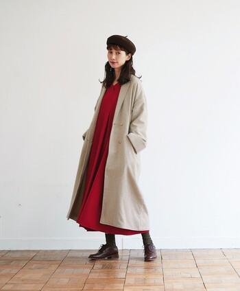印象的な赤のワンピースは、薄いベージュのロングコートを羽織ってナチュラルなテイストに。ベレー帽やブラウンのローファーシューズで、個性的になり過ぎない赤ワンピースコーデに仕上げています。