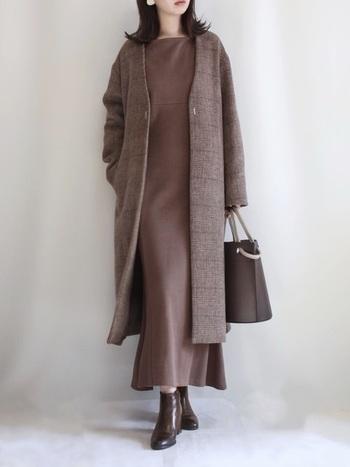 全身をブラウンでまとめた、女性らしいワントーンコーデ。ロングコートは無地ではなくチェック柄のアイテムをチョイスすることで、同じブラウンカラーのアイテムばかりでもシンプルすぎる印象になりません。