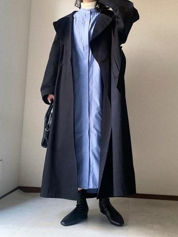 キレイめブルーのピンタックシャツワンピースに、白のタートルネックをレイヤードしたコーディネートです。ネイビーのロングコートを羽織って同系色でまとめています。ブーツやバッグもダークトーンで揃えて、全体的にシックな印象に。