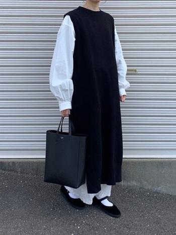 Iラインシルエットですっきりまとめたワンピーススタイル。黒が多めだけど、白ソックス+ストラップシューズの足元コーデのおかげで軽やかな印象です。