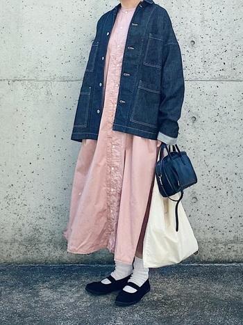 淡いピンク色のワンピースに、デニムジャケット、そして、足元は白ソックス+ストラップシューズでコンパクトにまとめて。今にも春の香りが立ち上がってきそうな爽やかなスタイルです。