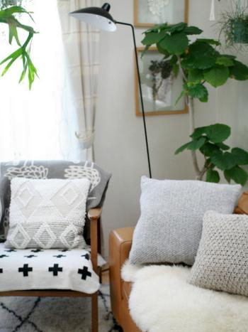 季節にあった真新しいクッションがソファに並ぶと、お部屋がリフレッシュされ気分が変わりますよね。 ブランケットやクッションカバーのようなファブリックアイテムは、模様替えを手軽に楽しめるとあって人気です。