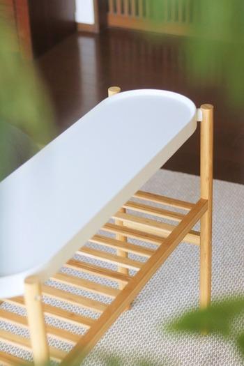 「サッツマス」は、観葉植物を飾るためのラックですが、収納ラックやサイドテーブルとしても素敵なインテリア。 丸み帯びたさわやかな白のトレイのような天板と、木製の棚のコントラストが魅力的なシンプルなデザインです。