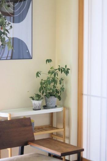 部屋のコーナーのちょっとしたスペースにもおさまりやすい、ちょうどよいスマートなデザインとサイズ。圧迫感がなく、ホワイト×ナチュラルな色味で空間が明るい印象に。