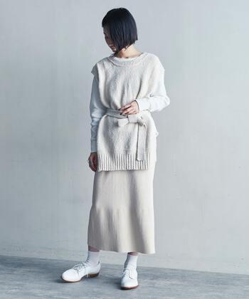 白ベストに白トップスとスカートを合わせた、レイヤードがおしゃれなホワイトコーデです。靴下やスニーカーも白で揃えて、とことん白にこだわって。首元の開きや足の肌見せが技ありポイント!真っ白でも単調な印象になりません。