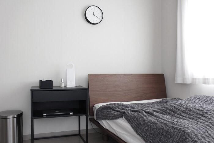 「ヴィークハムメル」は、引き出し付きのサイドテーブル。ベッドまわりの小物整理にぴったりです。細々したものは引き出しへ、本やタブレットなどはオープンラックへ収納すれば、メリハリのある収納に。