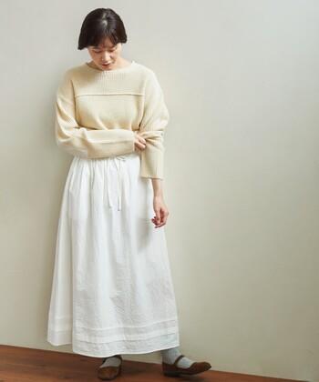 白のロングスカートに、白ニットをタックインしたホワイトコーデ。足元はグレーの靴下にブラウンのシューズを合わせて、さりげないポイントをプラス。落ち着きのあるカラーをプラスして、ほっこりナチュラルな印象でまとめています。