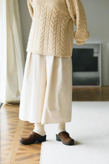 前後にしっかりとタックが入ったキュロットパンツは、スカートのように見えるシルエットが特徴の一枚です。ふわっと広がる白ボトムスは、ナチュラルにもフェミニンにも大活躍してくれます。