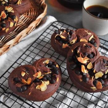 ハート型が可愛いチョコレートパン。チョコチップとアーモンドスライスがたっぷり入っていて食べ応えがあります*プレゼントにも良いですね◎