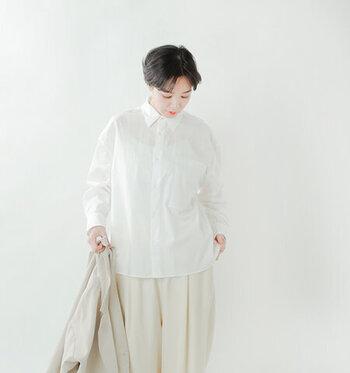 ハリ感のある、コットンタイプライター生地を使った白シャツ。シンプルなデザインですが程よい透け感が特徴。色味のあるインナーと組み合わせて、ホワイトコーデに遊びをプラスしても◎