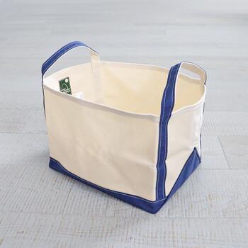 丈夫なキャンバス素材で大容量の「TEMBEA(テンベア)」のブックトート。本来、本や雑誌を収納するためのものですが、バッグの収納にも便利なんです。