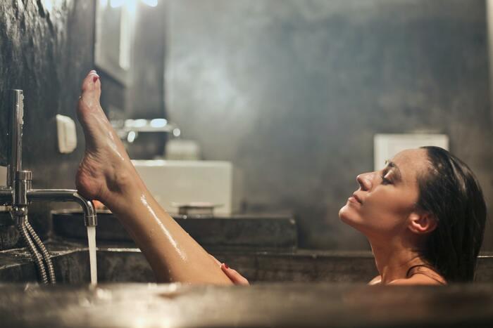 """「高温反復浴」とは、名前の通り""""熱いお湯に繰り返し入る""""入浴法のことです。40~43℃の少し熱めのお湯に短時間で出たり入ったりします。  通常1時間ほどのジョギングで消費するカロリーを、1回の入浴で燃焼できると言われており、汗を効率良くかくことで、デットクス効果・むくみ解消も期待できます。"""