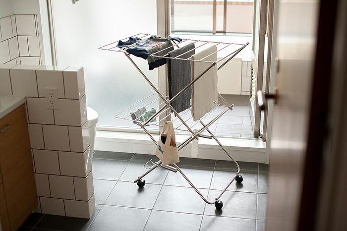 こちらは、お風呂場や脱衣所のちょっとした空間に便利な「2段」タイプ。キャスター付きで動かしやすく、バネによって伸縮するので、組み立ても片づけもほぼワンタッチでできます。