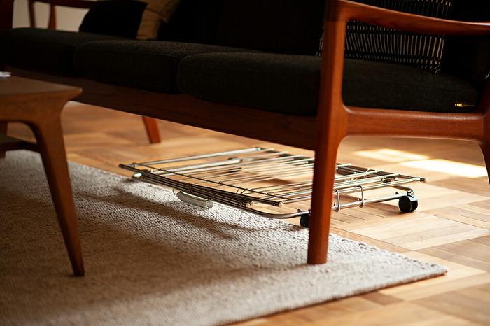 使わないときはコンパクトに折りたたんで、ソファーやベッドの下に収納できるからとっても省スペース。見た目よりずっと軽くて持ち運びもラクラクです。
