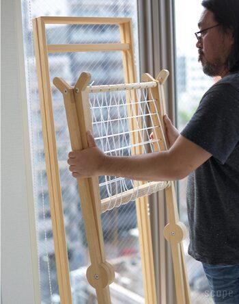 サイズが若干大きめで、木製なので重みもありますが、折りたたむとコンパクトになります。お部屋の壁に立てかけておくと、意外と場所を取りません。