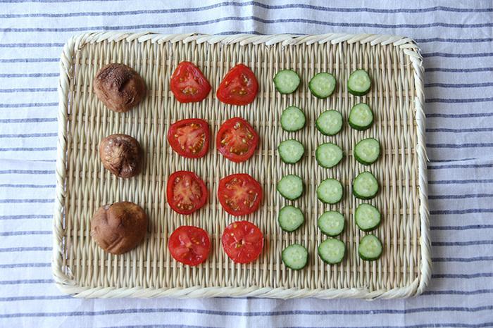 ドライフルーツやドライ野菜を作りたいとき、ざるに入れて物干しラックのトップ部分においておけば、ベランダでも手軽に天日干しできます。