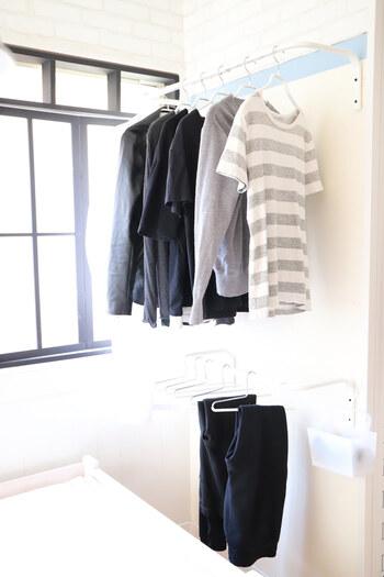 壁に設置できるなら、「ムーリッグ」のハンガーレールもおすすめ!取り付けたい位置や間隔も自由に調節できるので、お部屋に合わせて取り入れられますね。