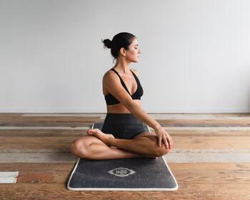 たっぷり呼吸をしながら、消化&燃焼に効果的なポーズをとっていきます。ねじりやうつ伏せなど、お腹周りに心地良い刺激を与えると、胃腸の働きが活発になり消化しやすい状態になります。じんわり汗をかくくらいが理想です。