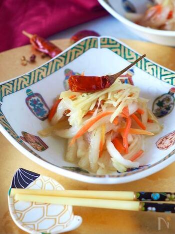 残りがちな白菜の芯を使ったレシピ。ピリ辛でとってもおいしく、餃子の箸休めにぴったりです。
