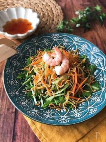 中華袋めんをパリパリに揚げてトッピング。ナンプラーの風味が効いた、エスニックな味。