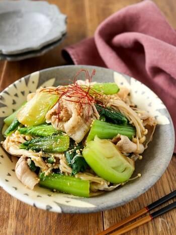 炒め物に使うことが多いチンゲン菜をサラダに。さっぱりとしていますが、豚肉が入っているから食べ応えもあります。