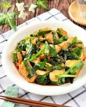 具材は厚揚げとニラのみのシンプルレシピ。こってりとした味付けでご飯が進みます。