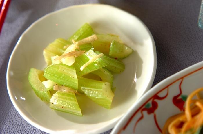 生で食べることの多いセロリを炒めていただきます。シンプルな味付けでセロリ本来の風味を味わって。