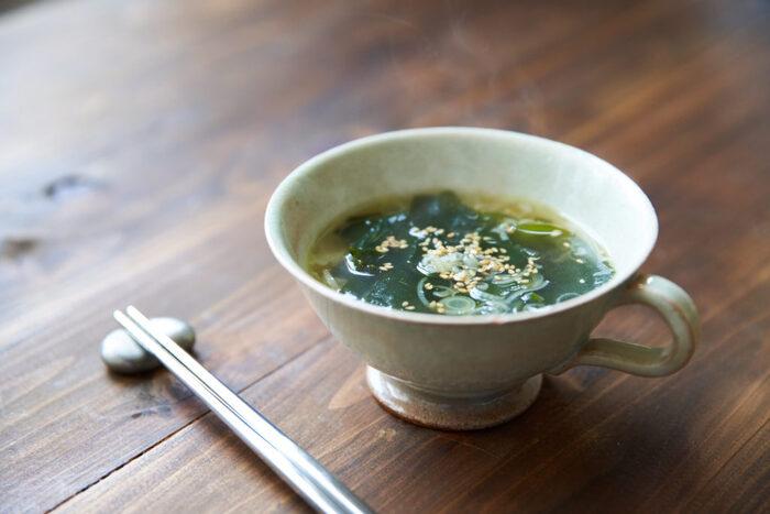 簡単につくれてシンプルな味がおいしいわかめスープ。餃子を主役にしたいときにぴったりですね。