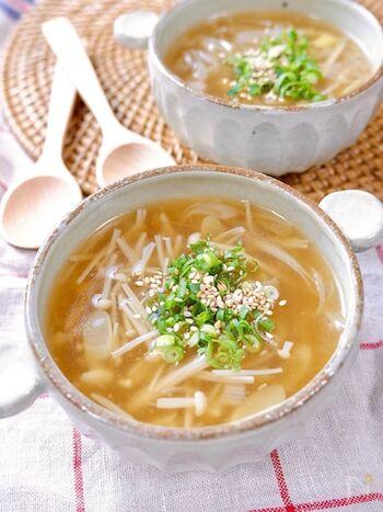 ごま油と白ねぎという最高の組み合わせで簡単につくれるスープ。にんにくと生姜の風味が効いて、体の内側から温まります。