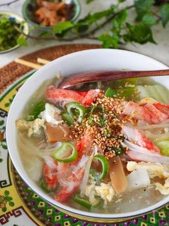 トロトロに煮込んだ白菜に、カニかまの赤がパッと映えます。食卓の彩りが乏しいときにつくりたい一品。