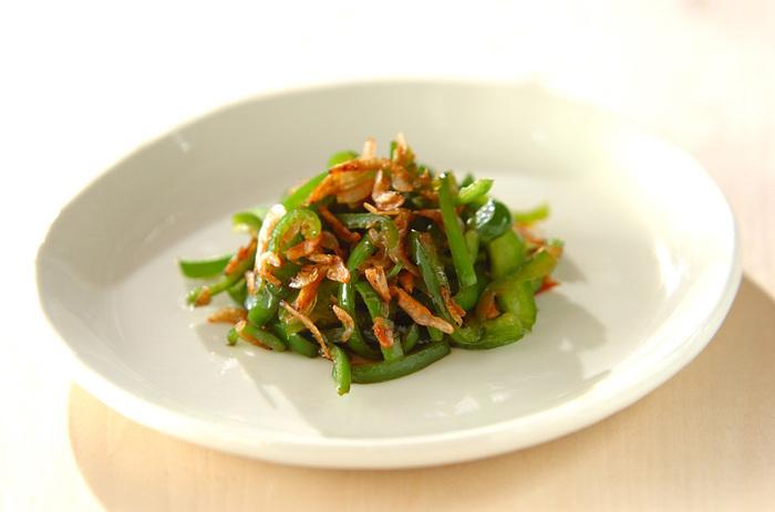 具材はピーマンと干し桜エビだけ!味付けは塩コショウとごま油のみのシンプルレシピ。桜エビで旨味と風味が出るから意外と食べ応えがあります。