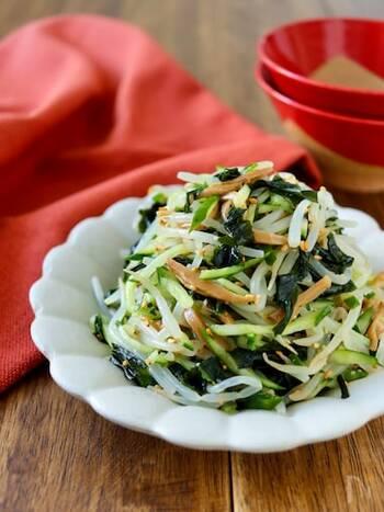 シャキシャキ感を残したもやしやきゅうりをメンマで和えた中華風サラダ。乾燥わかめはあえて水で戻さずに使用するのがポイント。