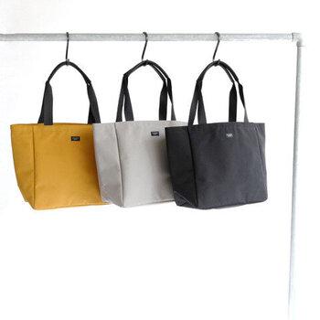 「STANDARD SUPPLY(スタンダードサプライ)」のトートバッグは、無駄のないシンプルなデザインがどんなシーンにもマッチします。made in Japanのしっかりとした品質で、ナイロン素材でも高見えします。