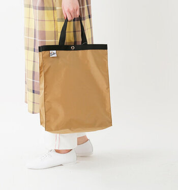 「Drifter(ドリフター)」のバッグはカジュアルなコーデが好きな人におすすめ。大きめでマチもあるデザインですが、小さく折りたたむこともできる優れもの。サブバッグやお買い物バッグとしても活躍します。