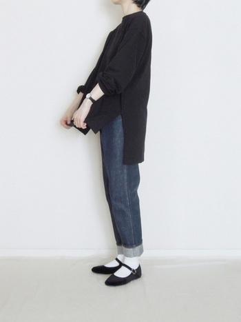 オーバーサイズのニットにジーンズ。ブラックを基調にまとめたスタイルにフラットシューズを合わせて。シンプルな装いの中に、ストラップが可愛らしさを添えています。