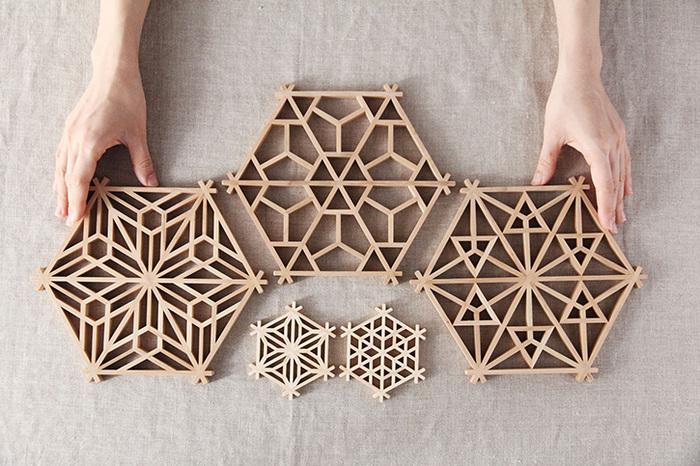 もともとは障子や襖に使われてきた伝統的な「組子(くみこ)」細工が、「鍋敷き」や「コースター」になりました。複雑に見えるつくりなのに、釘や接着剤を一切使わずに仕上げるのが組子細工の特徴。