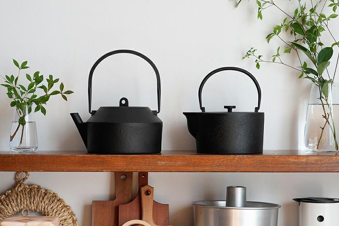 近年、世界中でブームを巻き起こしている「南部鉄器」。ずっしりとした重量感に趣のある漆黒の色合い、美しい陰影を浮かび上がらせる鋳肌の南部鉄器は、日本を代表する伝統工芸品。日本人としてひとつは持っておきたい、まさに世界に誇れる日用品です。