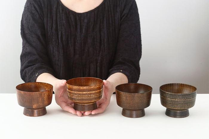 約1500年の歴史を持つ越前漆器の丸物木地師である酒井義夫さんが、福井県鯖江市にて2014年に立ち上げた「ろくろ舎」。伝統的な技法を大切にしつつも現代的な要素も忘れない、日常で使える漆の器を作り出しています。