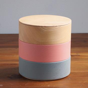 漆器づくりの産地として発展してきた石川県の山中温泉で誕生した畑漆器店。伝統的な漆器にモダンでキュートな要素を取り入れたアイテムは、思わずほっこりするかわいらしさです。こちらは、配色の異なる3色の器を積み重ねたお重。
