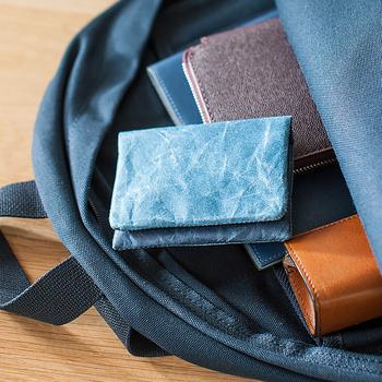 山梨県で和紙製造業を営む「大直(おおなお)」が工業デザイナー深澤直人さんと共に立ち上げたブランド「紙和(しわ)」。新素材の破れにくい紙「ナオロン」は、ペットボトルや使用済みの繊維製品から再生した繊維を使って、和紙すきの製法で作られた紙のこと。
