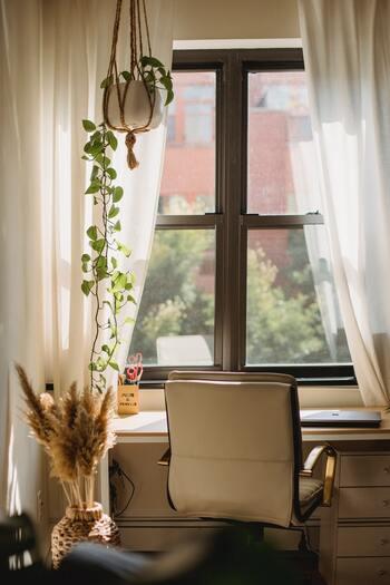 ワークスペースでアロマオイルを使うことで、集中力を高め、自己肯定感も高まります。オススメはペパーミントやレモン、グレープフルーツなど爽やかな香り。日記を書いたり、少し疲れているとき時は、スパイシーな香りやハーバルを取り入れて自分の時間を楽しみましょう。
